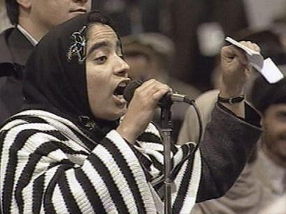 Famosa fotografia en 2003, donde Malalai increpa a los Señores de la Guerra en el Parlamento Afgano